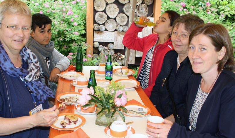 Begegnung Alt+Jung. Links Bereichsleitung Gudrun Nikolay, Foto: Hartmut Neumann