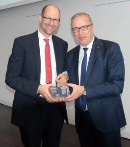Der Preisträger Prof. Dr. Matthias Beenken (li.) erhielt 2016 von Dietmar Bläsing (Mitglied der Vorstände der VOLKSWOHL BUND Versicherungen) den Dortmunder Versicherungspreis (Foto: Rüdiger Beck)