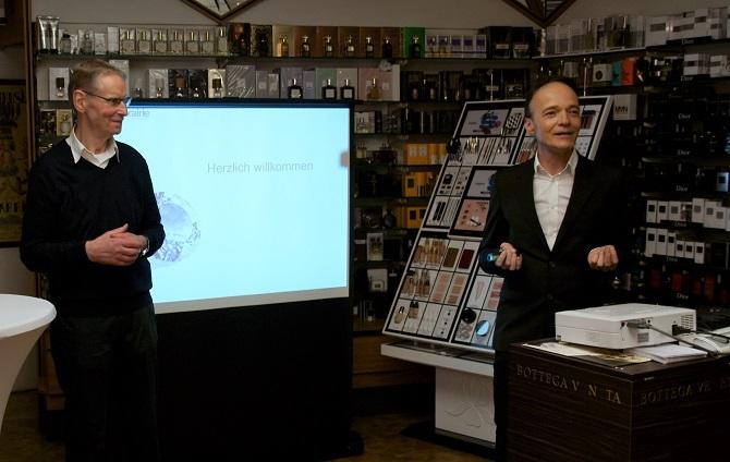 Willi Wigger, Inhaber der Parfümerie Wigger und Toni Eisele von La Prairie begrüßen die Teilnehmer (Foto: Rüdiger Beck)