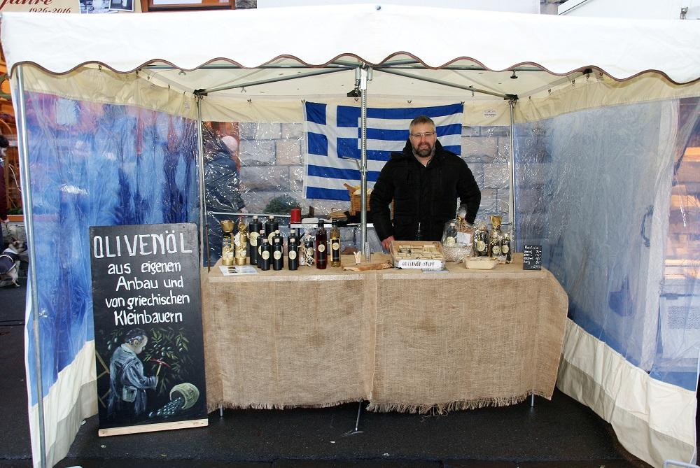 Die Marktbesucher konnten sich auf ein besonderes Adventangebot freuen, nämlich auf hochwertiges Olivenöl und Olivenöl-Seife, Foto: Rüdiger Beck