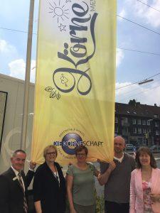 Die Vorstandsmitglieder der KÖRNESCHAFT freuen sich über die neuen Fahnen in Körne: v.l.n.r. Michael Liskatin, Bärbel Andreh, Stephanie Wetzold-Schubert, Stefan Grubendorfer und Angelika Schröder (Foto: KÖRNESCHAFT)