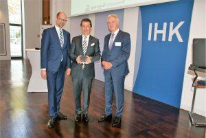Der Preisträger Michael Johnigk (Mitte) erhielt von Prof. Dr. Matthias Beenken (links) den Dortmunder Versicherungspreis, rechts: Markus Bitter, Vorsitzender des Dortmunder Assekuranzclubs (Foto: Rüdiger Beck)
