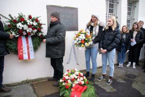 Mitglieder der Bezirksvertretung Innenstadt-Ost und die Schülerinnen und Schüler des Käthe-Kollwitz-Gymnasiums und des Stadtgymnasiums haben einen Kranz niedergelegt.