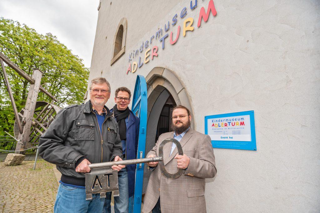 Schlüsselübergabe am Adlerturm: (v.l.n.r.) Karl Heinrich Deutmann, MKK-Direktor Dr. Jens Stöcker und Philipp Sulzer. (Foto: Roland Gorecki)