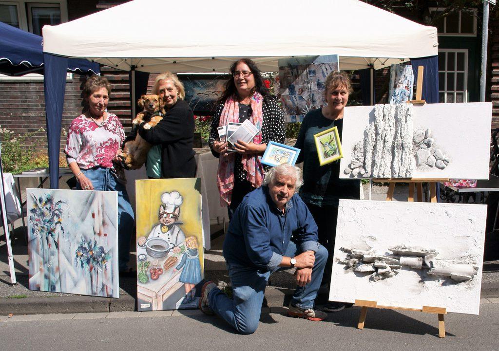 Künstlergruppe auf dem Davidis Markt: v.l.n.r. Annette Kuhlengerth, Dagmar-Schnecke Bend mit Bonny, Anne-Kathrin Koppetsch, Jochen Pieper, Bettina Brökelschen. (Foto: Rüdiger Beck)