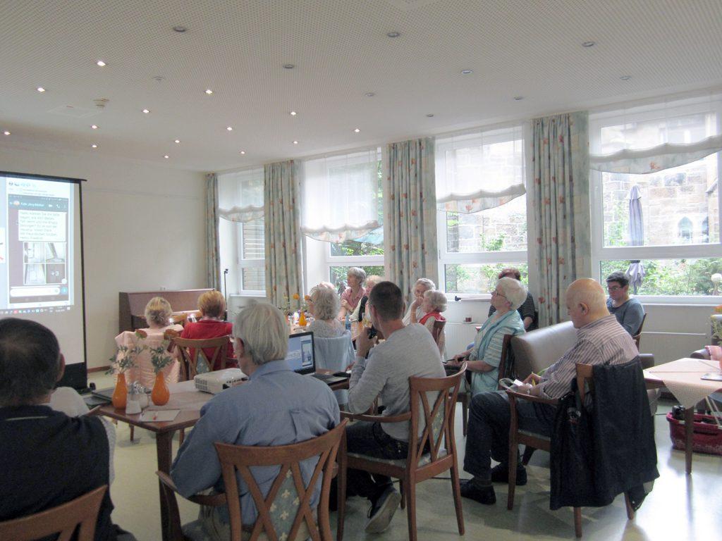 Bei den Montagsfragen am 19.08.19 standen soziale Netzwerke im Mittelpunkt. (Foto:  Seniorenbüro)