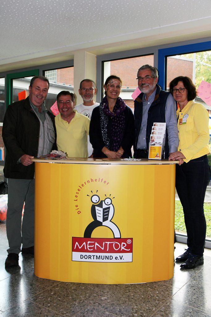 Bezirksbürgermeister Udo Dammer (v.l.) und Ratsvertreter Heinz Dieter Düdder als Vertreter des Körner Kultur- und Kunstvereins waren zu Gast bei Mentor Dortmund e. V.