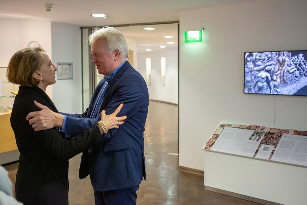 Oberbürgermeister Ullrich Sierau (r.) mit der Enkelin des Künstlers Beryn Hammil