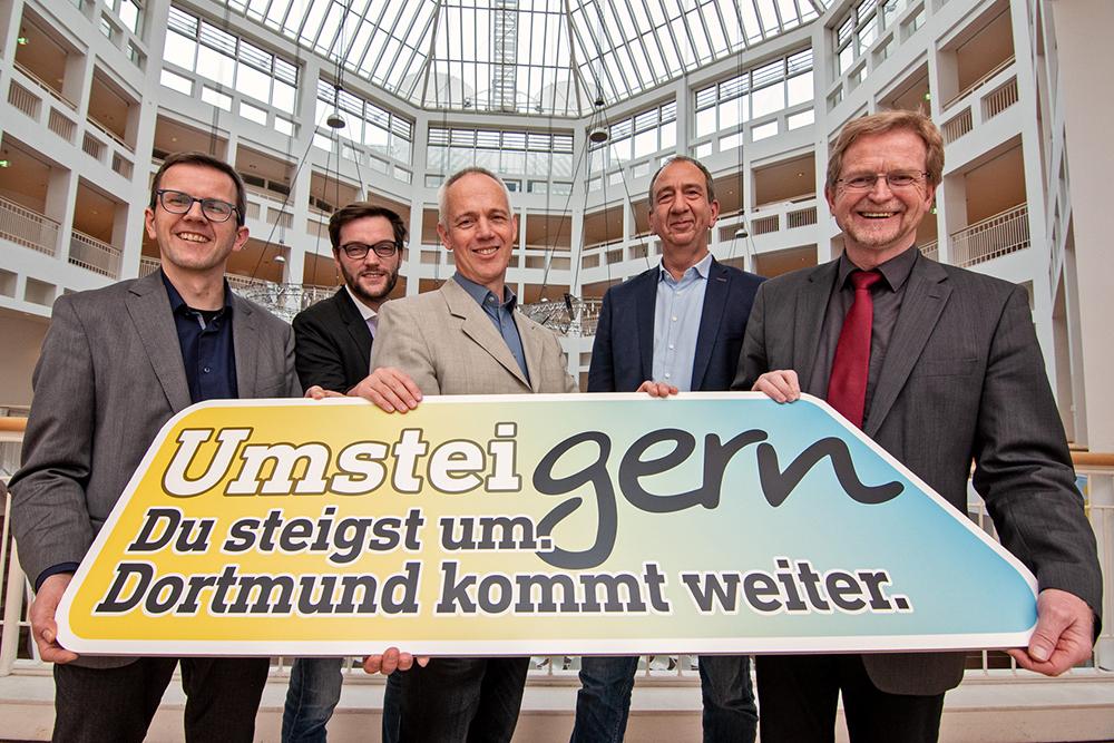 Das Foto zeigt v.l.n.r.: Andreas Meißner (Teamleiter Projektgruppe Emissionsfreie Innenstadt), Moritz Busch (CP / Compartner), Dr. Heinz-Josef Pohlmann (DSW 21), Jochen Plückelmann (CP / Compartner), Ludger Wilde (Dezernent für Umwelt, Planen und Wohnen). Foto: Roland Gorecki, Dortmund-Agentur