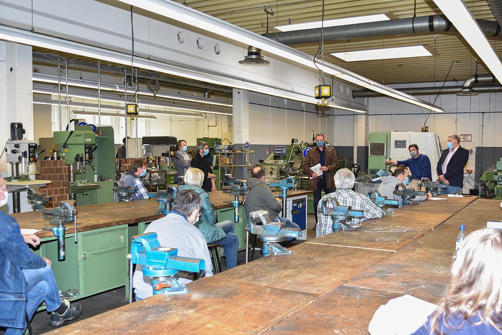 Bei einer gemeinsamen Veranstaltung in der CNC-Werkstatt gab es am Montag letzte aktuelle Informationen vor dem Neustart der Umschulungen des BKH. Foto: BKH