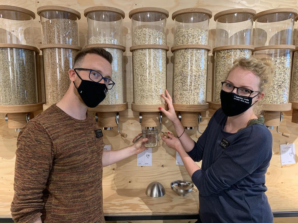 Die Mitarbeiter zeigen das Abfüllen aus den Glasbehältern