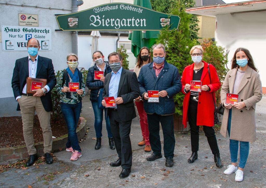 Haus Gobbrecht gehört ab sofort zu den Standorten für die nette Toilette. Gemeinsam freuen sich darüber: Michael Westermeyer (Hotel Körner Hof), Annette Simmgen-Schmude (Seniorenbüro Innenstadt-Ost), Frau Bernardo (Eiscafe San Remo), Heinz-Dieter Düdder, Simone Uhlmann (Stadtbezirksmarketing Innenstadt-Ost), Udo Dammer (Bezirksbürgermeister Innenstadt-Ost), Bärbel Andreh (Stadtbezirksmarketing Innenstadt-Ost), Johanna Stöckler (Jugendamt Dortmund). (Foto: Rüdiger Beck)