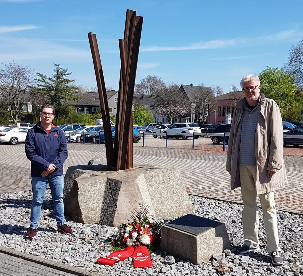 Gabriel Faber und Carsten Wember bei der Kranzniederlegung (Foto: SPD Stadtbezirk Innenstadt-Ost)