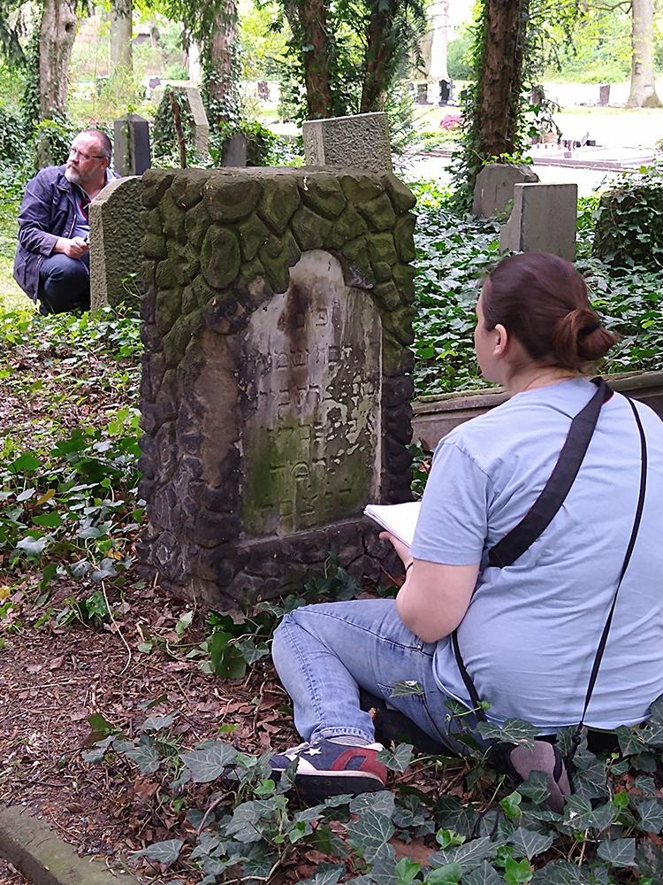 Wissenschaftliche Erfassung von Gräbern auf dem Ostfriedhof mit Anna Martin (Steinheim-Institut). Foto: Heike Kollakowski